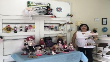Célia e suas bonecas de pano estão no Espaço dos Artistas Socorrenses da ACE-Socorro